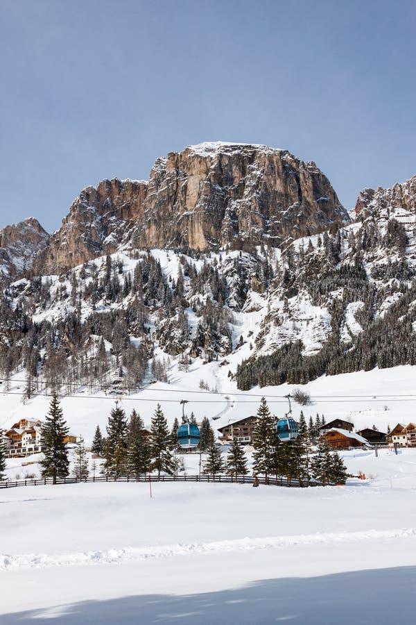 Vista de Colfosco, de un pueblo de montaña y del área del esquí en las dolomías italianas, con nieve fotografía de archivo libre de regalías