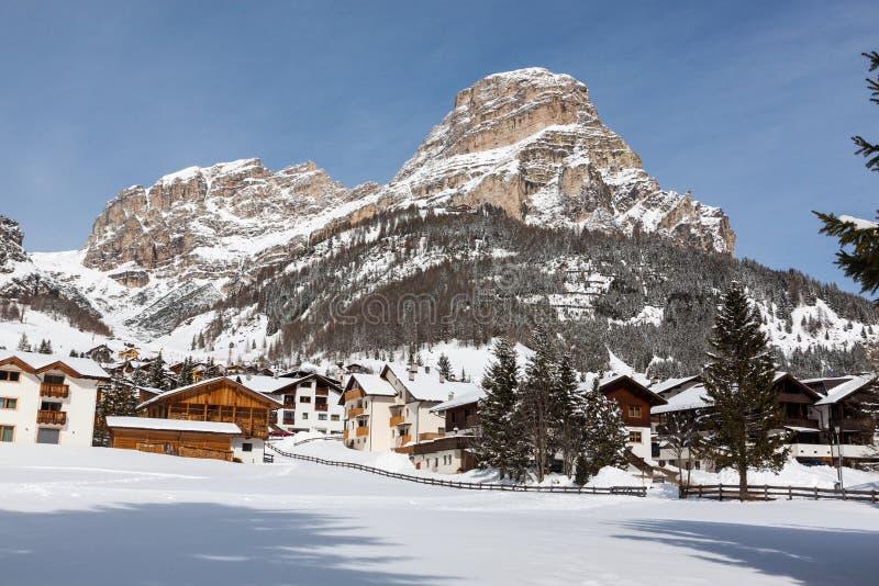 Vista de Colfosco, de un pueblo de montaña y del área del esquí en las dolomías italianas, con nieve foto de archivo libre de regalías