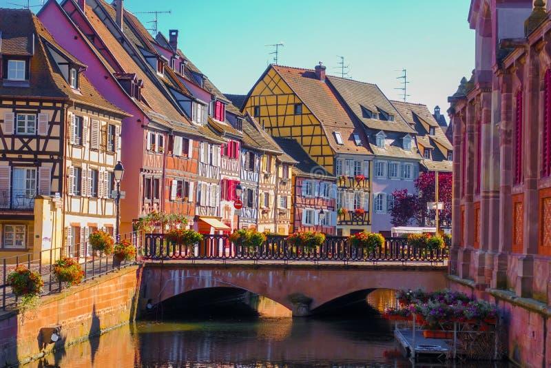 Vista de construções coloridas tradicionais na cidade velha histórica região do vinho de Colmar, Alsácia em França foto de stock royalty free