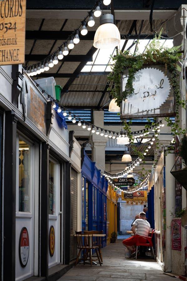 Vista de constru??es do St Nicholas Market em Bristol o 14 de maio de 2019 Tr?s povos n?o identificados fotografia de stock royalty free