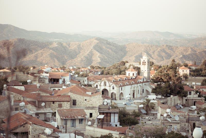 Vista de construções velhas da vila autêntica de Chipre fotos de stock