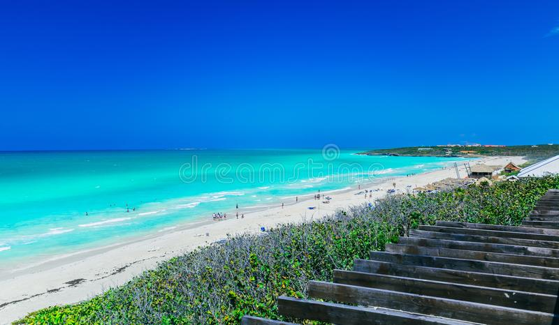 Vista de convite lindo da praia branca largamente aberta da areia na ilha de Santa Maria Cuban com os povos que relaxam, nadando  fotografia de stock royalty free