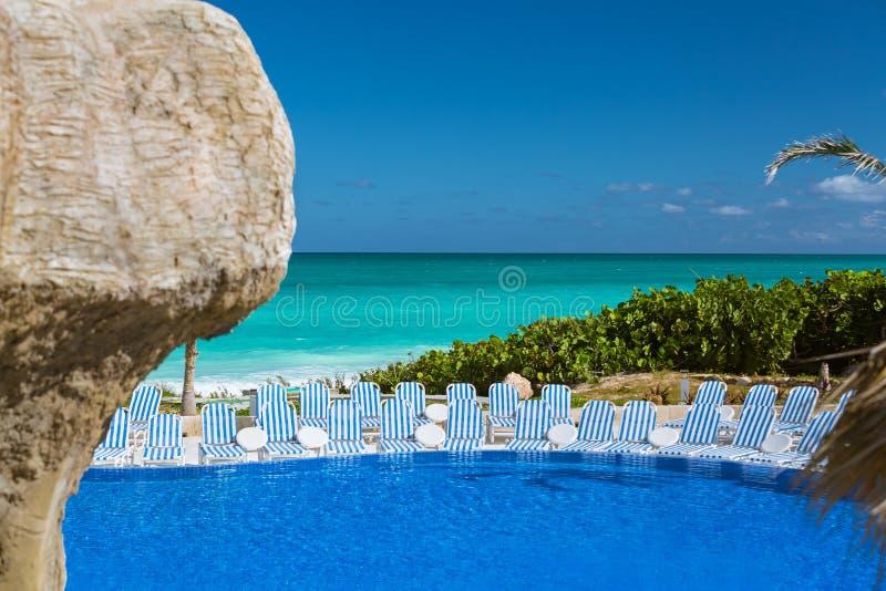Vista de convite lindo, encantando da associação de água tropical contra o oceano de turquesa dos azuis celestes e o fundo do céu fotografia de stock royalty free