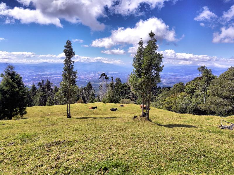 A vista de Costa-Rica dos poas volcan arrasta imagem de stock royalty free