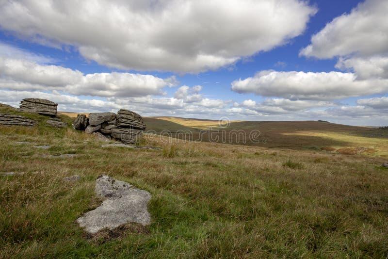 Vista de Dartmoor de los Tors de Beardown imagen de archivo