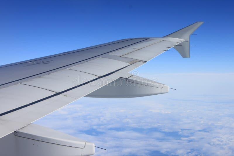 Vista de debaixo da asa do avião imagem de stock