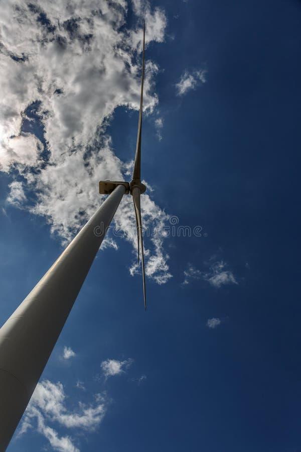 Vista de debajo de un molino de viento en un día soleado fotografía de archivo libre de regalías