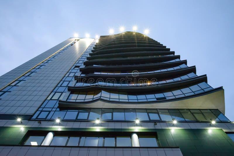 Vista de debajo del nuevo edificio de oficinas o centro de negocio moderno imágenes de archivo libres de regalías