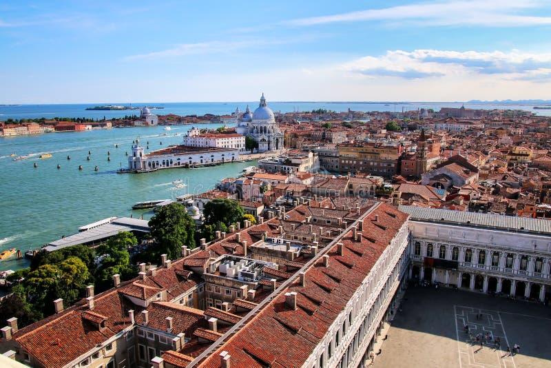 Vista de di Santa Maria della Salute da praça San Marco e da basílica em Veneza, Itália fotos de stock royalty free