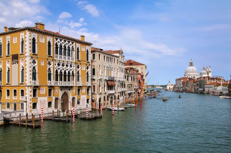 Vista de di Santa Maria della Salute de Grand Canal e da bas?lica em Veneza, It?lia fotografia de stock royalty free