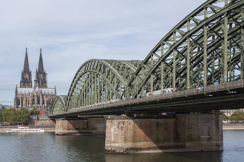 Vista de Dom y del río Rhine debajo del puente de Hohenzollern - Colonia de Kolner de la catedral de Colonia imagenes de archivo
