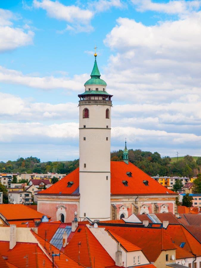 Vista de Domazlice con la torre blanca imagenes de archivo