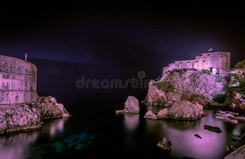 Vista de Dubrovnik - fortalezas Lovrijenac y x28; side& correcto x29; y Bokar en la noche fotos de archivo libres de regalías