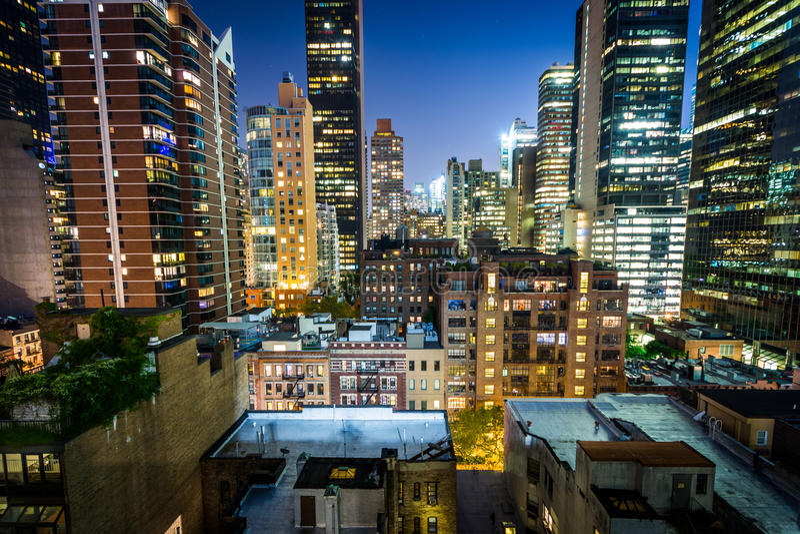 Vista de edificios en el Midtown del este en la noche, en Manhattan, nuevo Yo imagenes de archivo