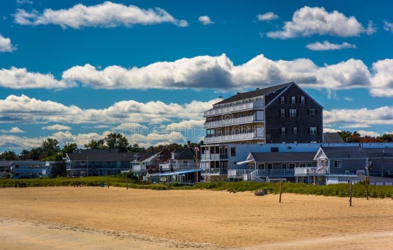 Vista de edificios en la playa en la playa vieja de la huerta, Maine imagen de archivo