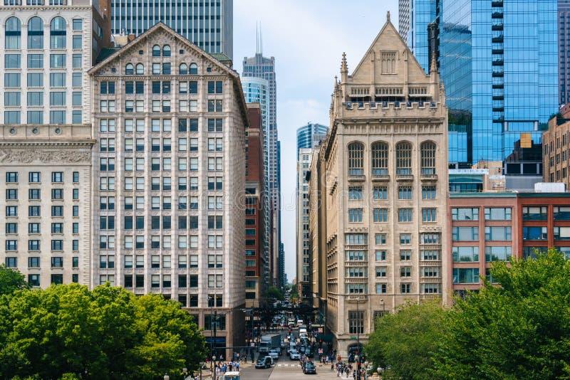 Vista de edificios a lo largo de Monroe Street en Chicago, Illinois fotos de archivo libres de regalías