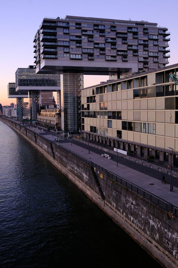 Vista de edificios modernos en el cologne de la costa imagenes de archivo
