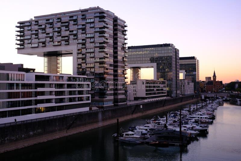 Vista de edificios modernos en el cologne de la costa fotos de archivo