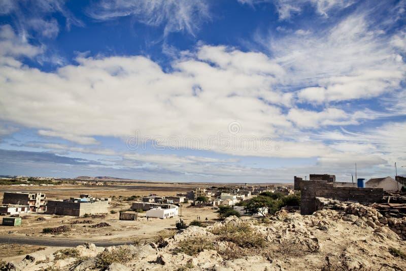 Vista de edificios y de pueblos viejos en Cabo Verde fotografía de archivo
