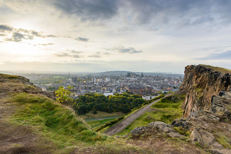 A vista de Edimburgo do assento de Arthur fotos de stock