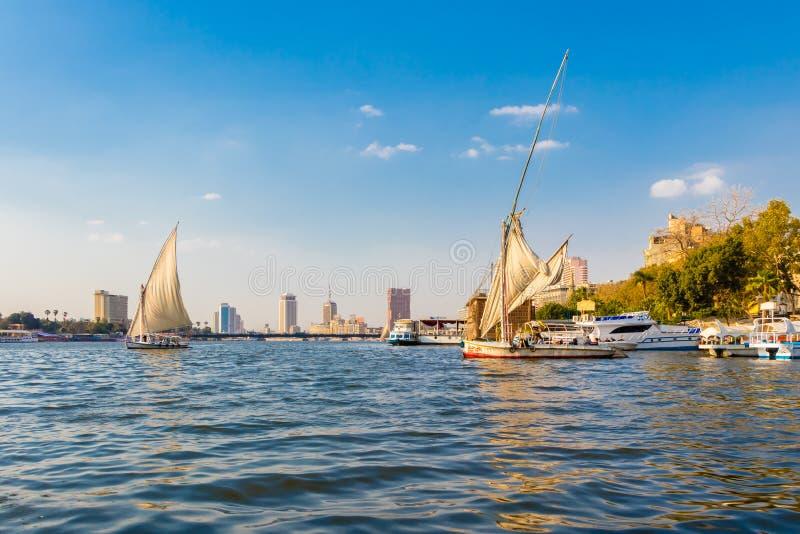 Vista de El Cairo con los barcos que navegan en el río Nilo, Egipto imagen de archivo