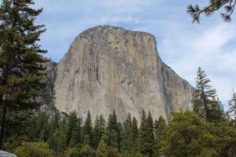 Vista de El Capitan, a formação de rochas verticais no Parque Nacional de Yosemite, Califórnia, EUA imagens de stock royalty free