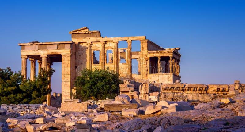 Vista de Erechtheion e patamar das cariátides na acrópole, Atenas, Grécia, no por do sol fotografia de stock
