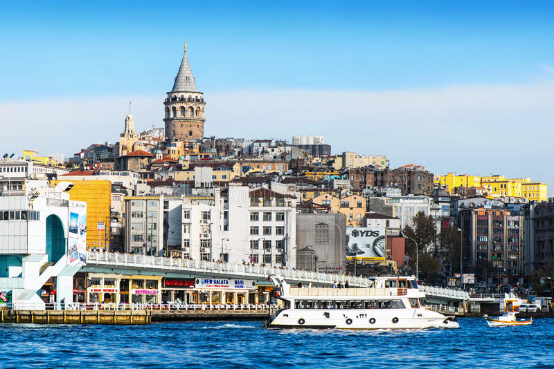 Vista de Estambul y torre y puente de Galata imagen de archivo