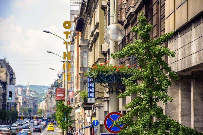 Vista de estrada com carros de uma das ruas de Budapeste Carriageway, trânsito Fragmentação do velho fotografia de stock