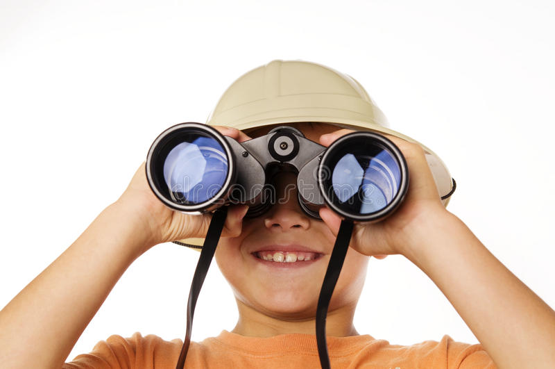 Vista de exploração do menino através dos binóculos fotografia de stock royalty free