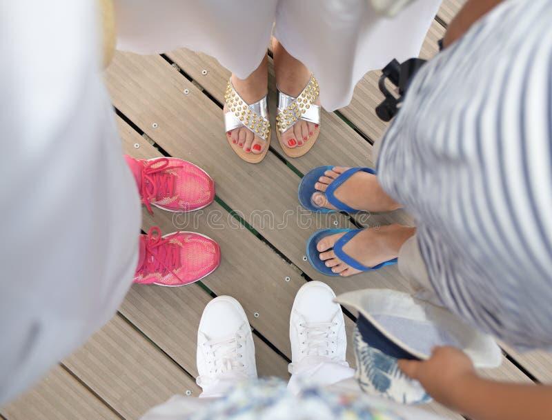 Vista de feliz acima dos pés de quatro pessoas imagem de stock royalty free