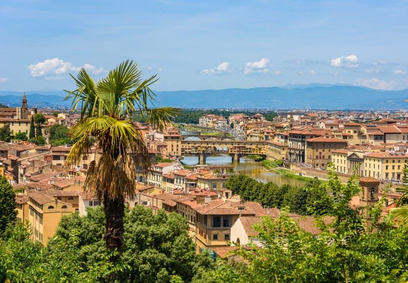 Vista de Florença de Piazzale Michelangelo - River Arno com Ponte Vecchio e Palazzo Vecchio - Toscânia, Itália fotografia de stock