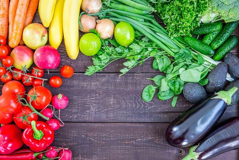 Vista de fondo saludable con verduras y hierbas orgánicas frescas coloridas, comida saludable de los jardines, dieta o imágenes de archivo libres de regalías