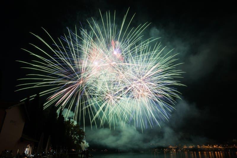 Vista de fuegos artificiales en el lago del garda fotos de archivo libres de regalías