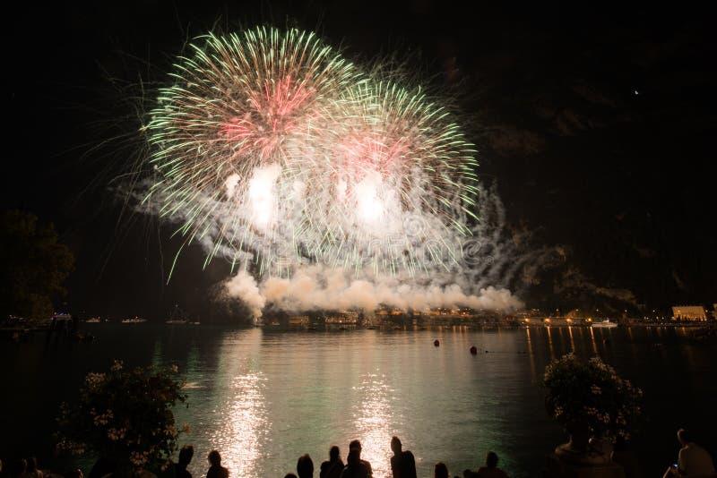 Vista de fuegos artificiales en el lago del garda imagen de archivo libre de regalías