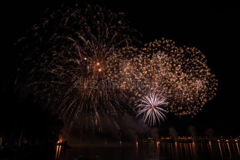 Vista de fuegos artificiales en el lago del garda imágenes de archivo libres de regalías