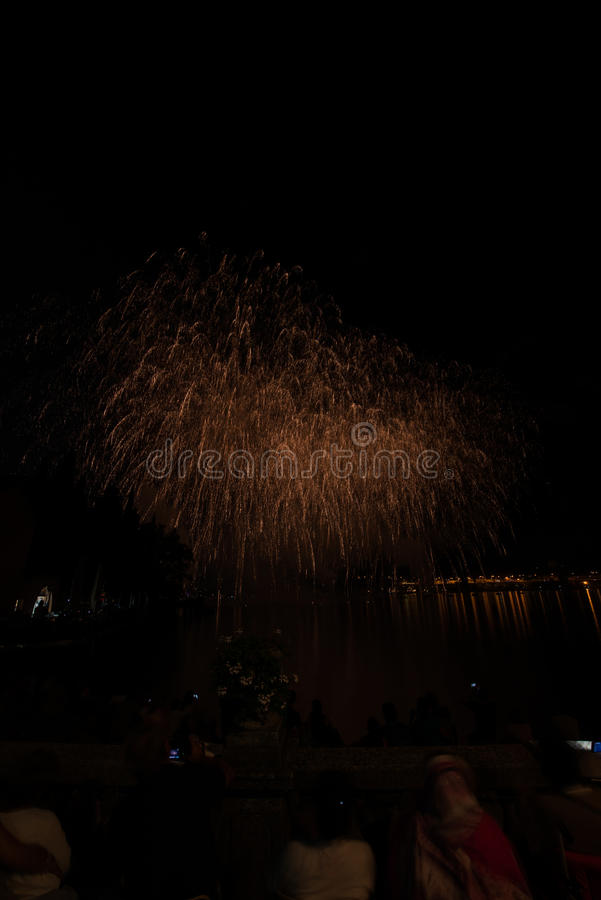 Vista de fuegos artificiales en el lago del garda foto de archivo libre de regalías