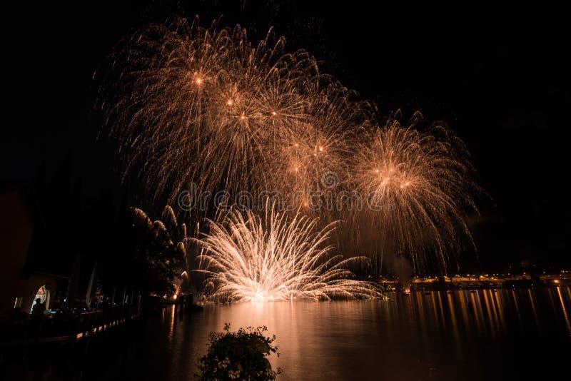 Vista de fuegos artificiales en el lago del garda fotos de archivo
