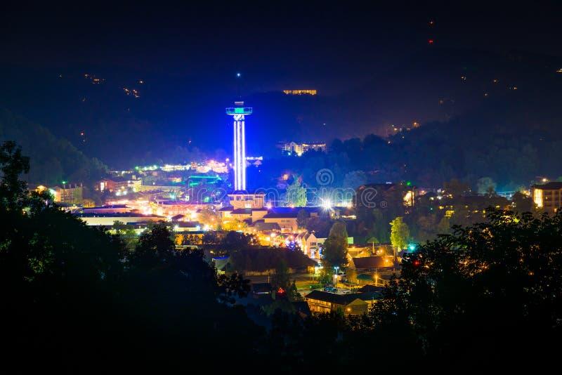 Vista de Gatlinburg en la noche, vista de la ruta verde de las colinas en Grea foto de archivo