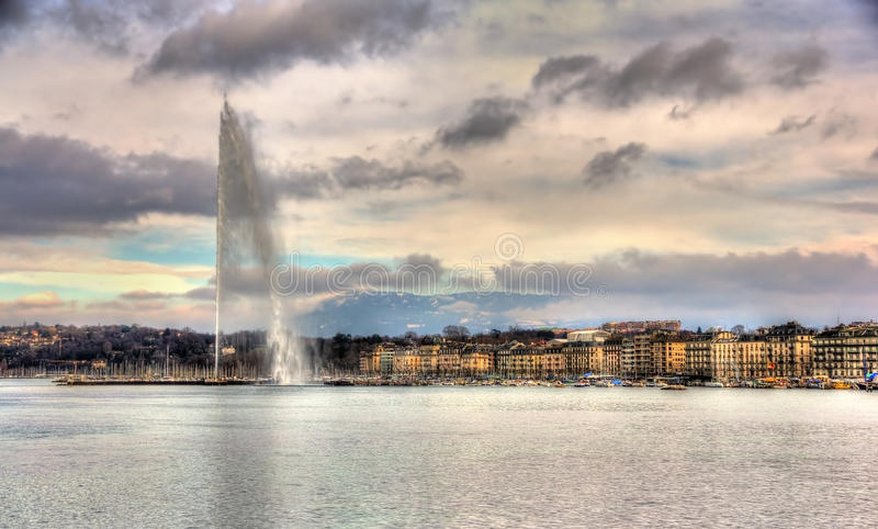 Vista de Genebra com a fonte do d'Eau do jato imagens de stock royalty free