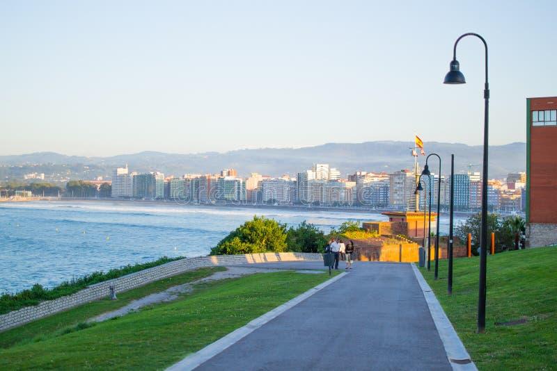 Vista de Gijón y del mar cántabro de Cerro de Santa Catalina, en Asturias, España Parque y colina verdes fotos de archivo libres de regalías