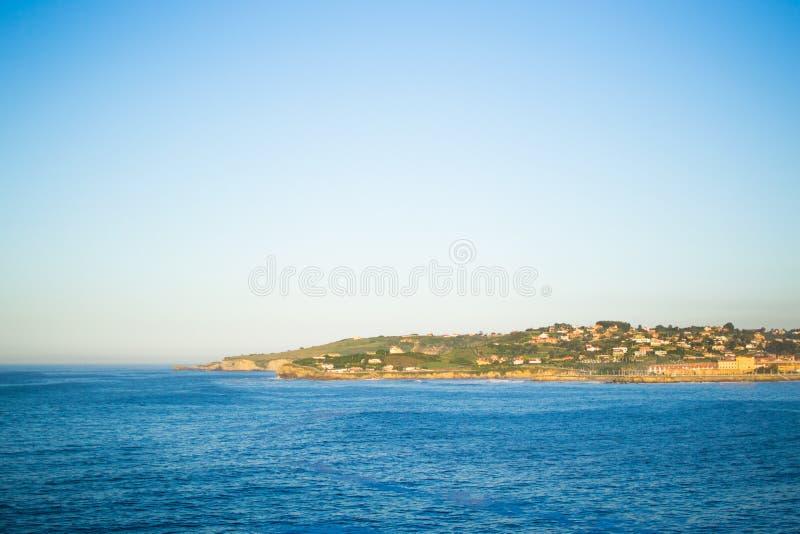 Vista de Gijon e do mar cantábrico de Cerro de Santa Catalina, nas Astúrias, Espanha Parque e monte verdes fotografia de stock royalty free