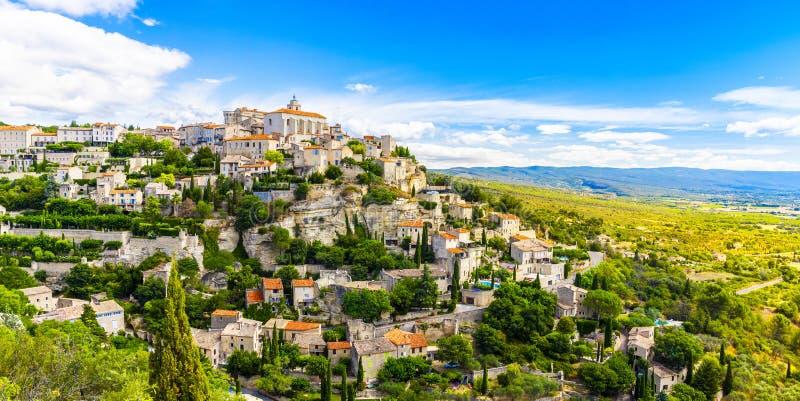 Vista de Gordes, uma pequena cidade medieval de Provence, França. Uma vista das bordas do telhado desta bela aldeia e imagens de stock