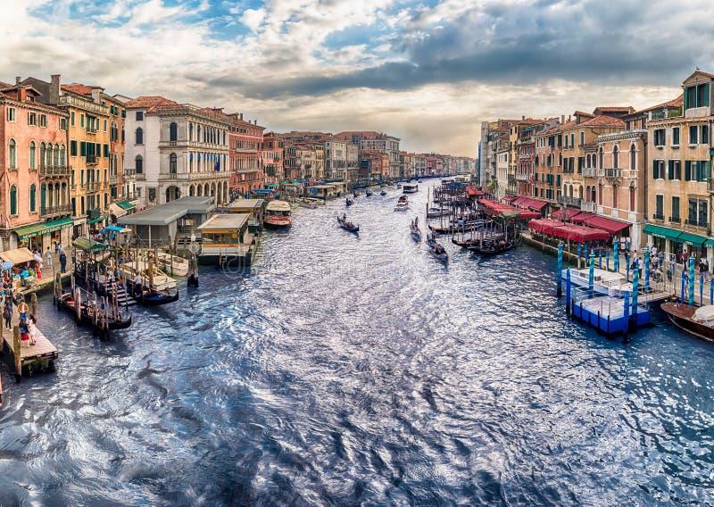 Vista de Grand Canal del puente de Rialto, Venecia, Italia imagen de archivo