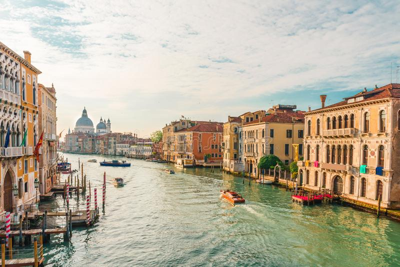 Vista de Grand Canal e da basílica Santa Maria della Salute durante o nascer do sol com barcos, Veneza, Itália fotografia de stock royalty free