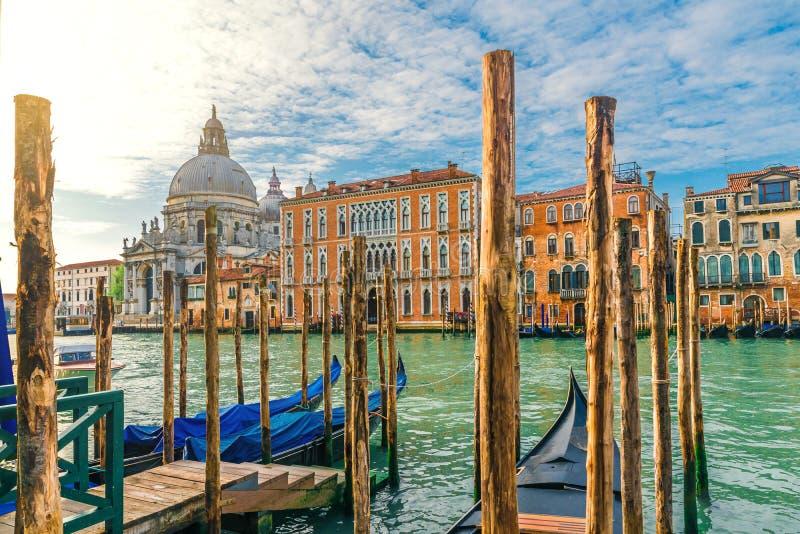 Vista de Grand Canal e da bas?lica Santa Maria della Salute durante o nascer do sol com g?ndola, Veneza, It?lia imagens de stock