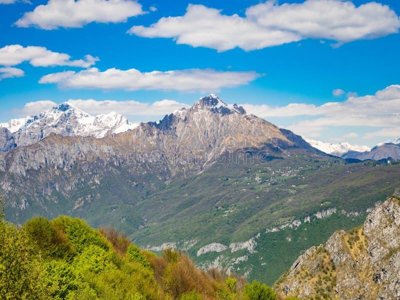 Vista de Grigna Meridionale según lo visto de pista de senderismo a Corni di Canzo imágenes de archivo libres de regalías