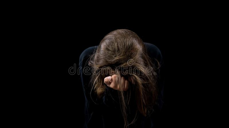 Vista de grito da vítima marital desesperada do abuso para baixo no fundo preto, horror fotos de stock royalty free