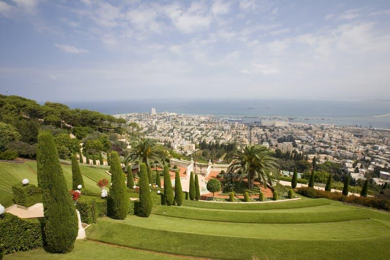 Vista de Haifa dos jardins de Bahai'i fotos de stock royalty free