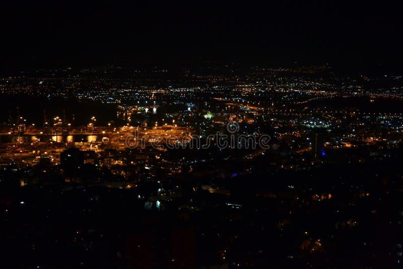 Vista de Haifa e do porto do centro dos jardins de Bahai em Mt Carmel na noite, Israel foto de stock